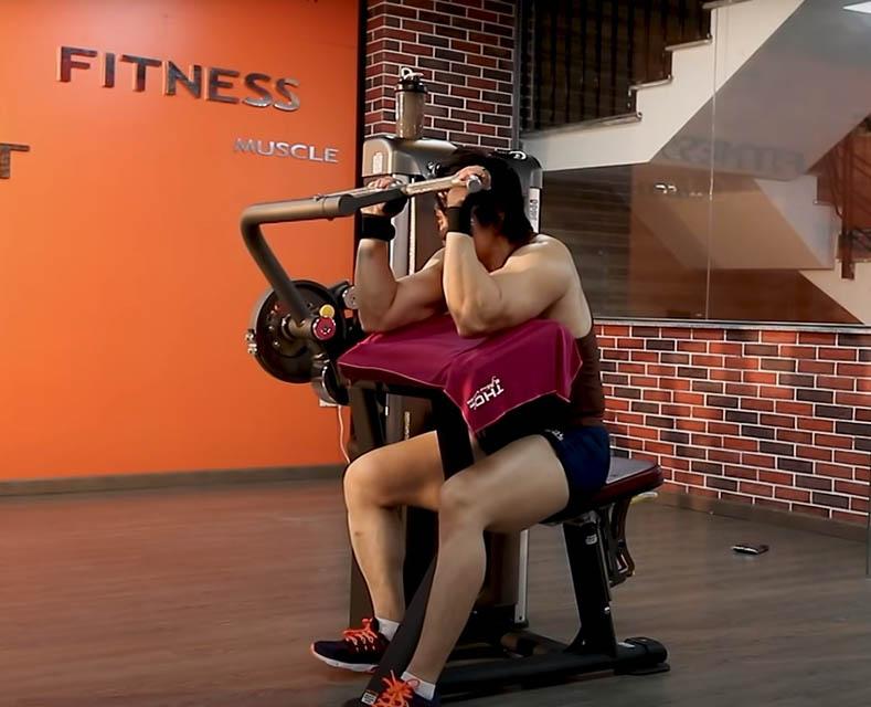 Duy Nguyễn tập tay sau trên thiết bị máy Biceps/Triceps