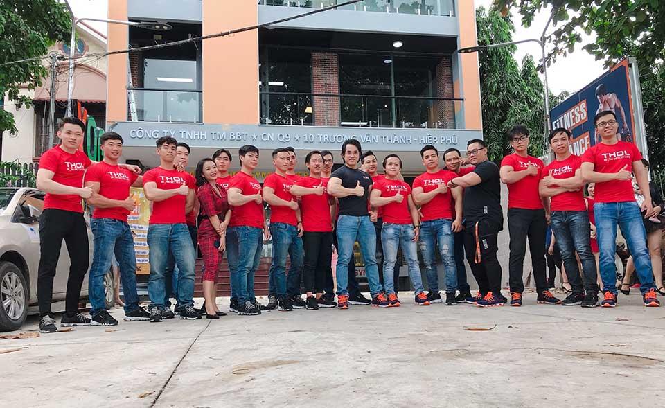 Duy Nguyễn chụp hình thân thiết cùng nhân viên